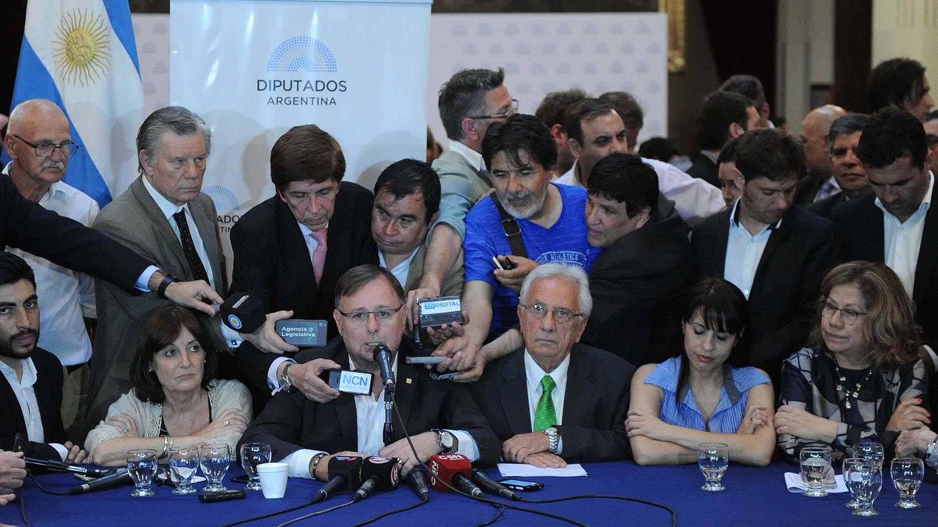 En conferencia de prensa, la oposición anunció su proyecto (Télam)