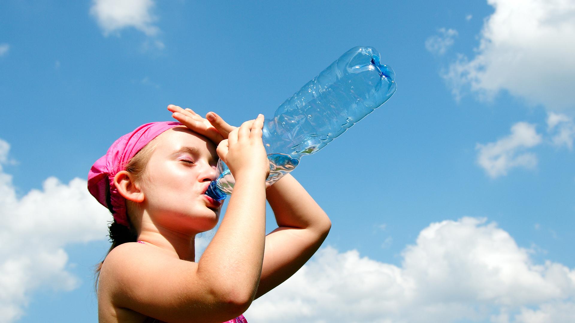 Para evitar el golpe de calor es clave reconocer la necesidad de mantenerse hidratado (iStock)