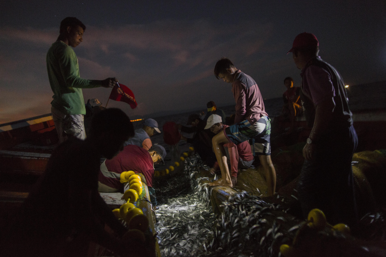 Muchos eligen pescar de noche y sin luz, para no ser vistos por los piratas (AP)