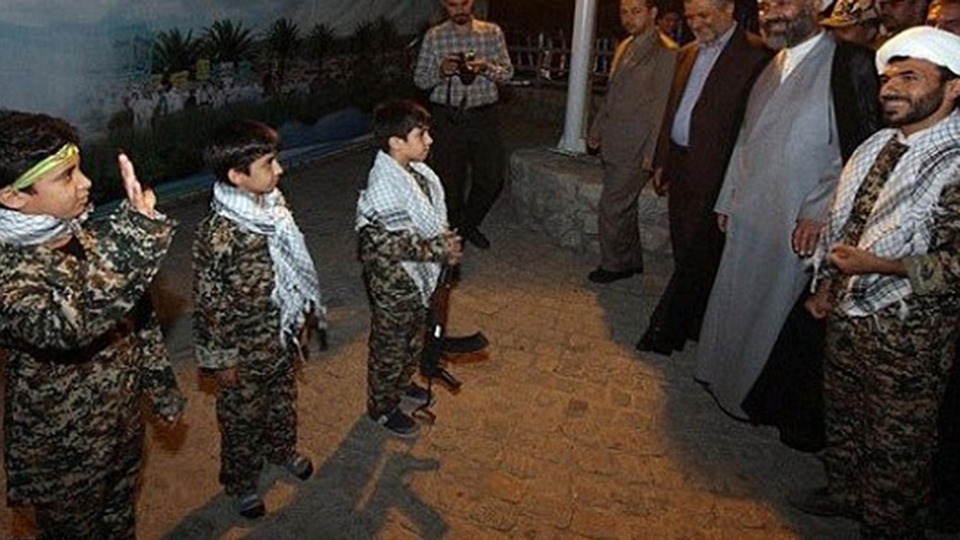 Los visitantes también aprenden sobre la historia de la República Islámica (RajaNews)