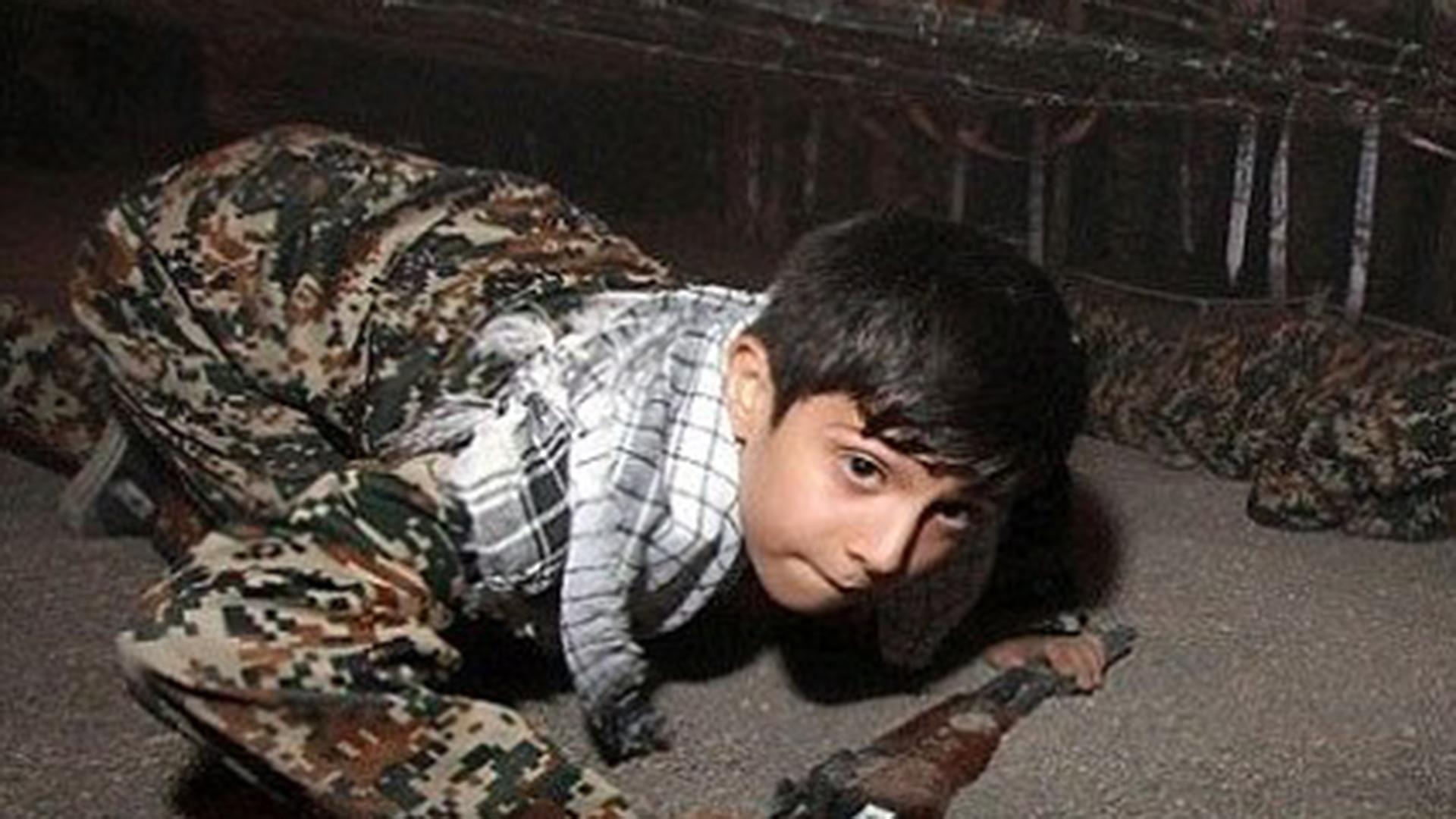 A los niños les enseñan a disparar contra el primer ministro de Israel (RajaNews)