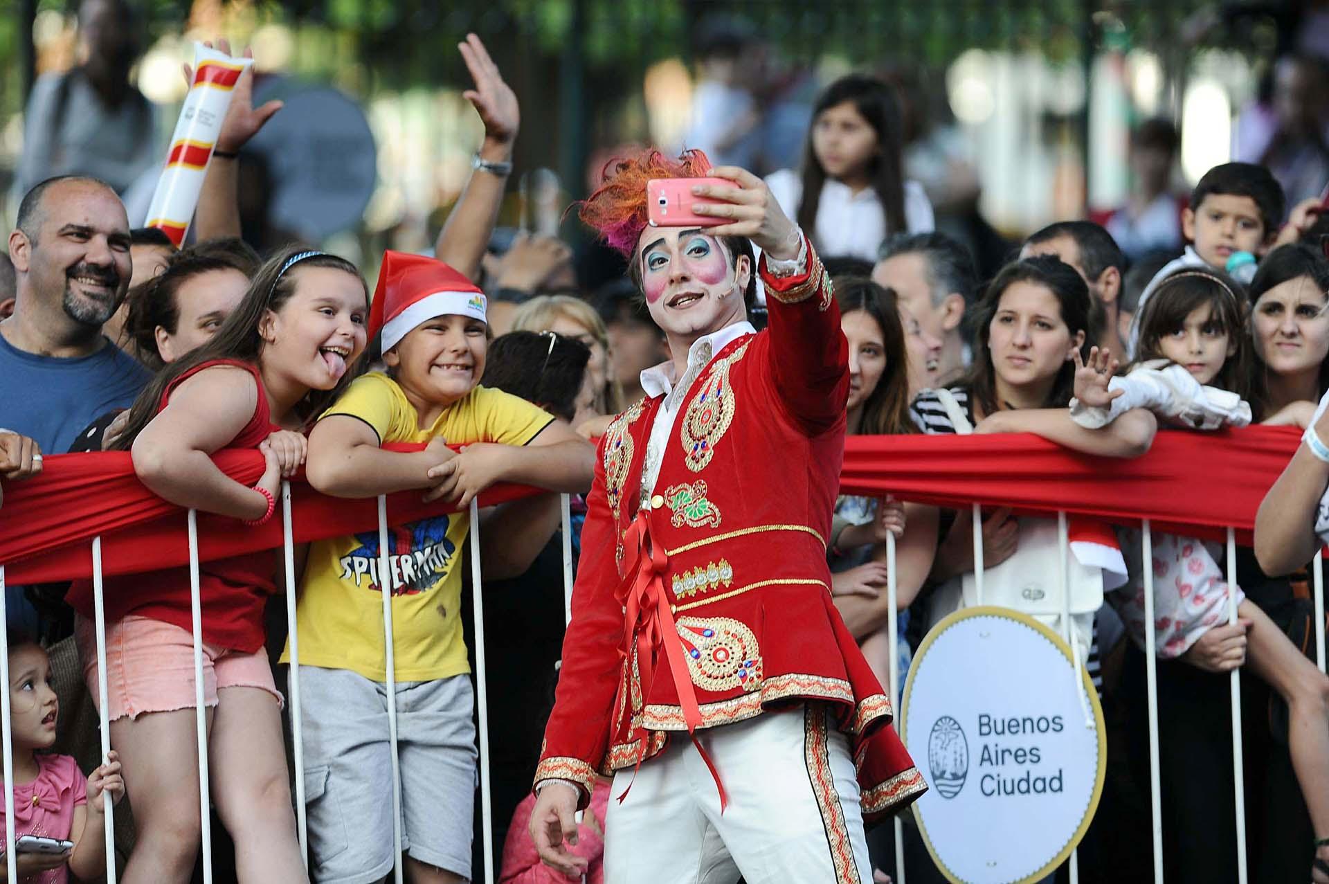 Desde distintos barrios de la Ciudad y hasta inclusive del conurbano bonaerense, decenas de miles de personas se acercaron para ver el desfile