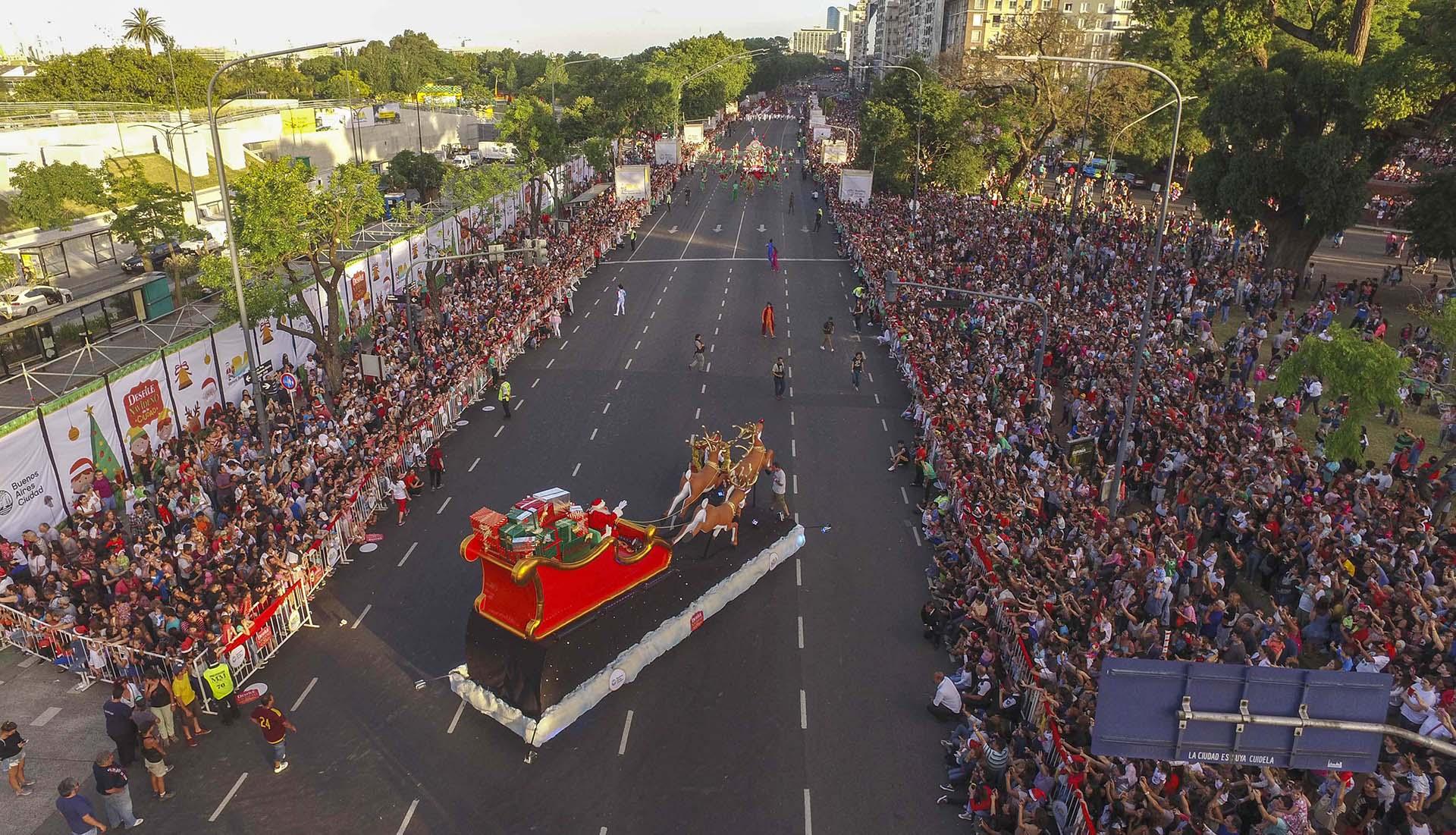 Media decena de carrozas adornadas de manera original y motivos navideños, hadas, duendes y personajes mágicos se sumaron al desfile que atravesó el corredor norte de Buenos Aires