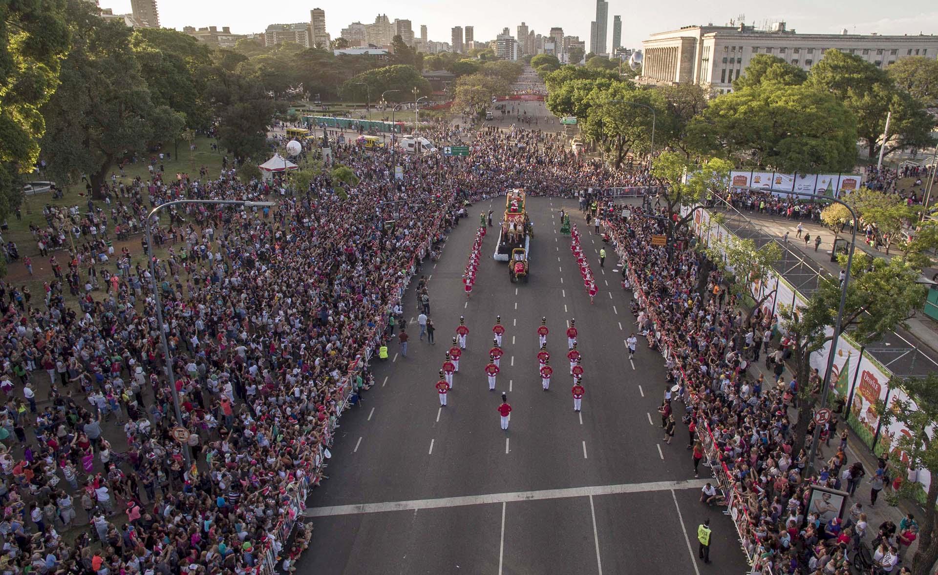 El desfile giró en torno al sendero navideño armado sobre la avenida Figueroa Alcorta, desde Pueyrredón hasta Callao