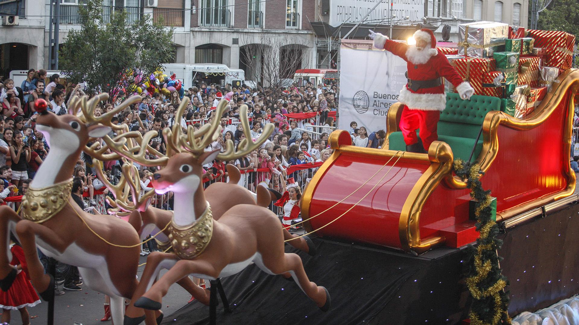 Fue el momento más esperado y llegó pasadas las 19:30, cuando Papá Noel apareció montado en su trineo lleno de regalos