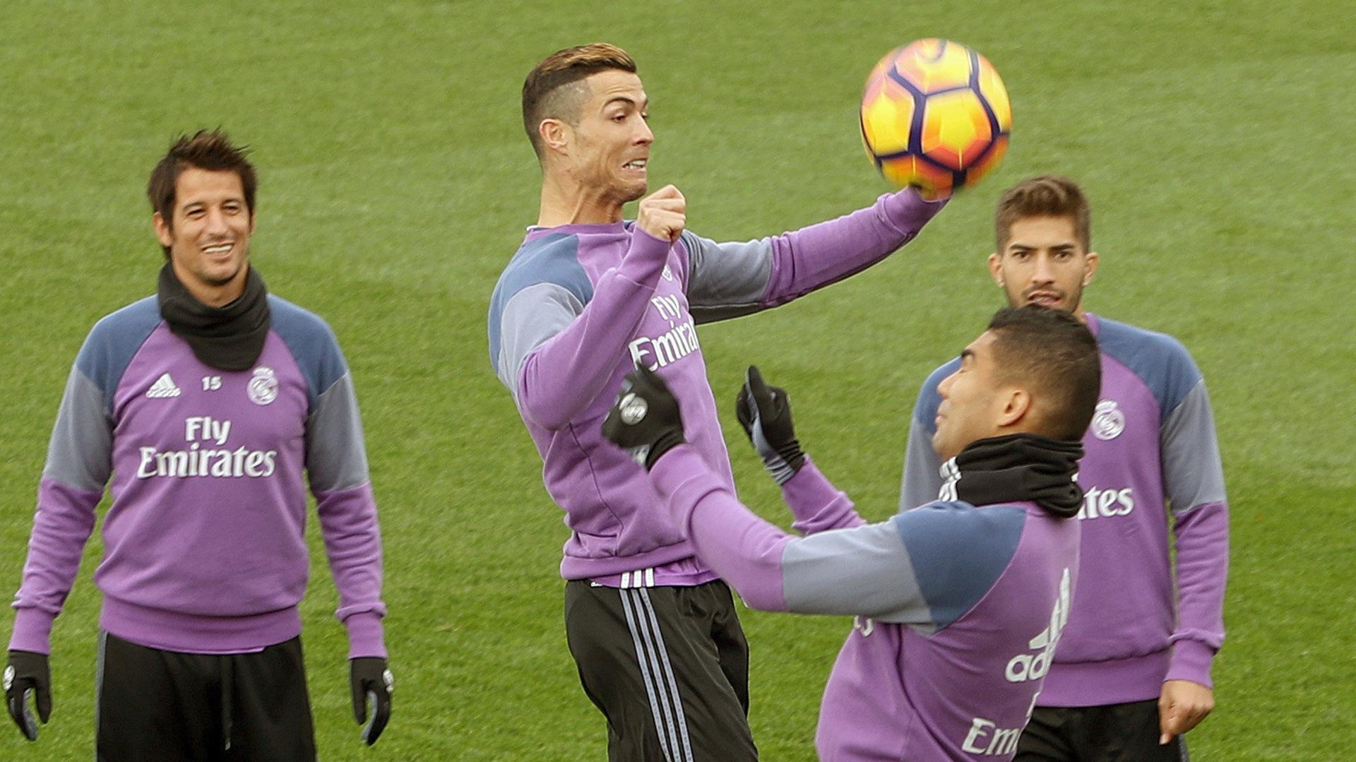La prensa española aseguró que el Balón de Oro quedará en manos del portugués (EFE)