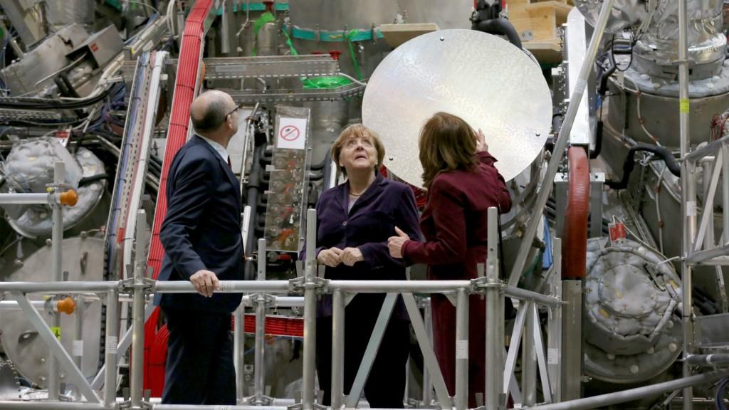 Angela Merkel inspecciona una planta de investigación en fusión nuclear para uso civil en Greifswald (AP)