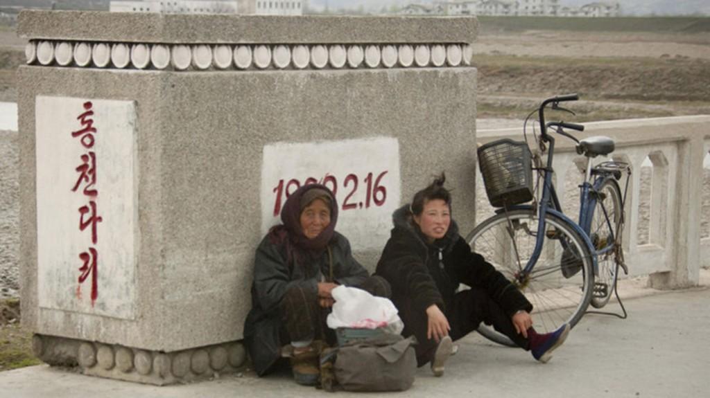 El fotógrafo explicó que la gente suele estar cansada por tener que recorrer grandes distancias en bicicleta para trabajar en los campos. Fotografiarlos también está prohibido