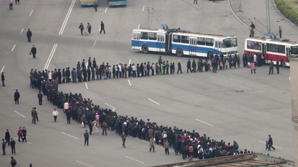"""A Lafforgue le sorprendió la larga espera para tomar el transporte público """"Hacer fila es un deporte nacional para los norcoreanos"""", comentó"""