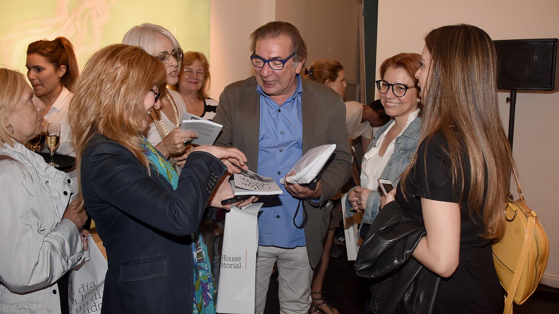 """Finalizada la presentación, Gabriel Levinas dialogó con los invitados y firmó ejemplares de """"Al calor del monte"""" /// Fotos: Nicolás Stulberg"""