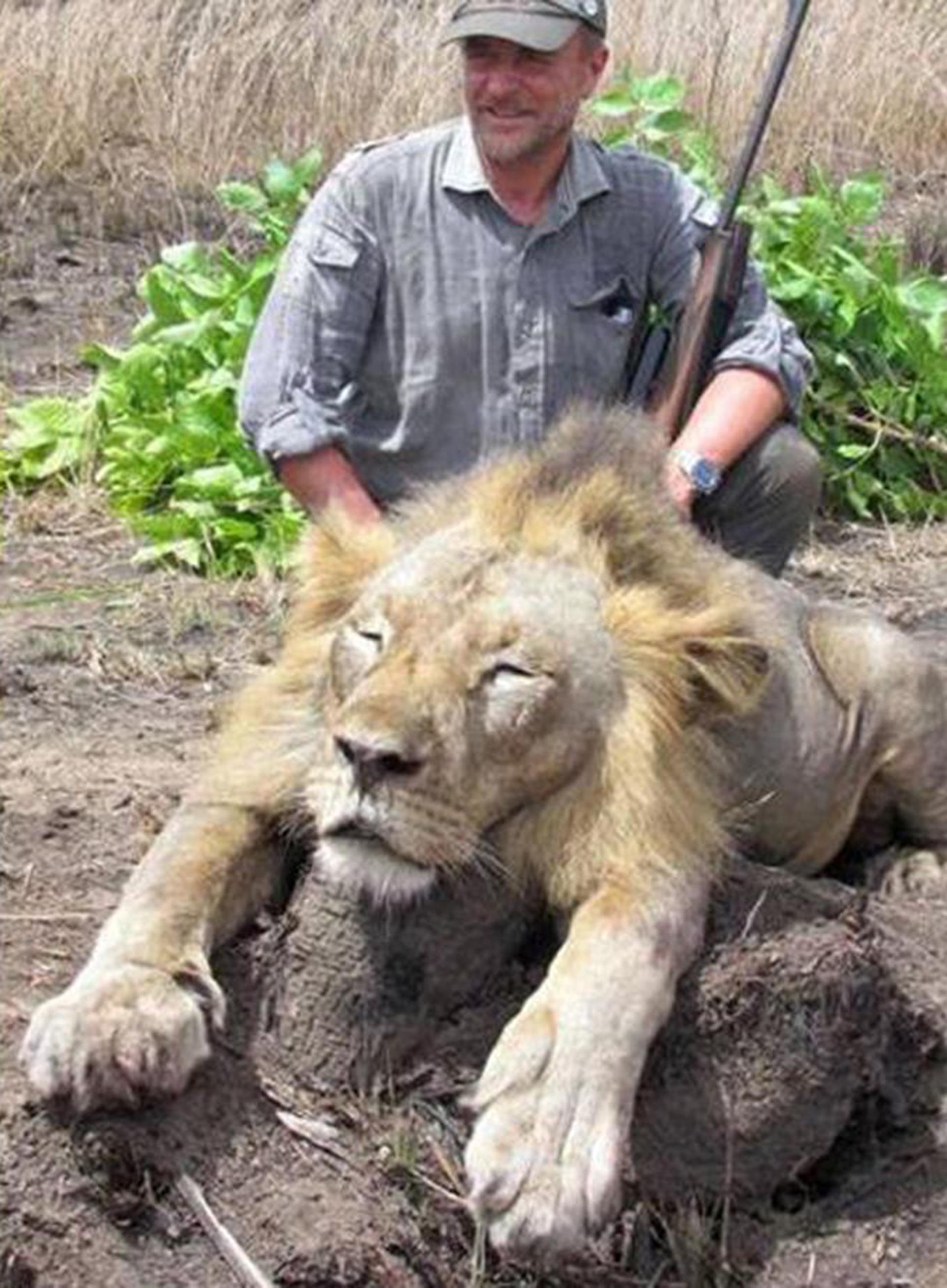 Luciano Ponzetto junto al león que cazó en África durante un safari