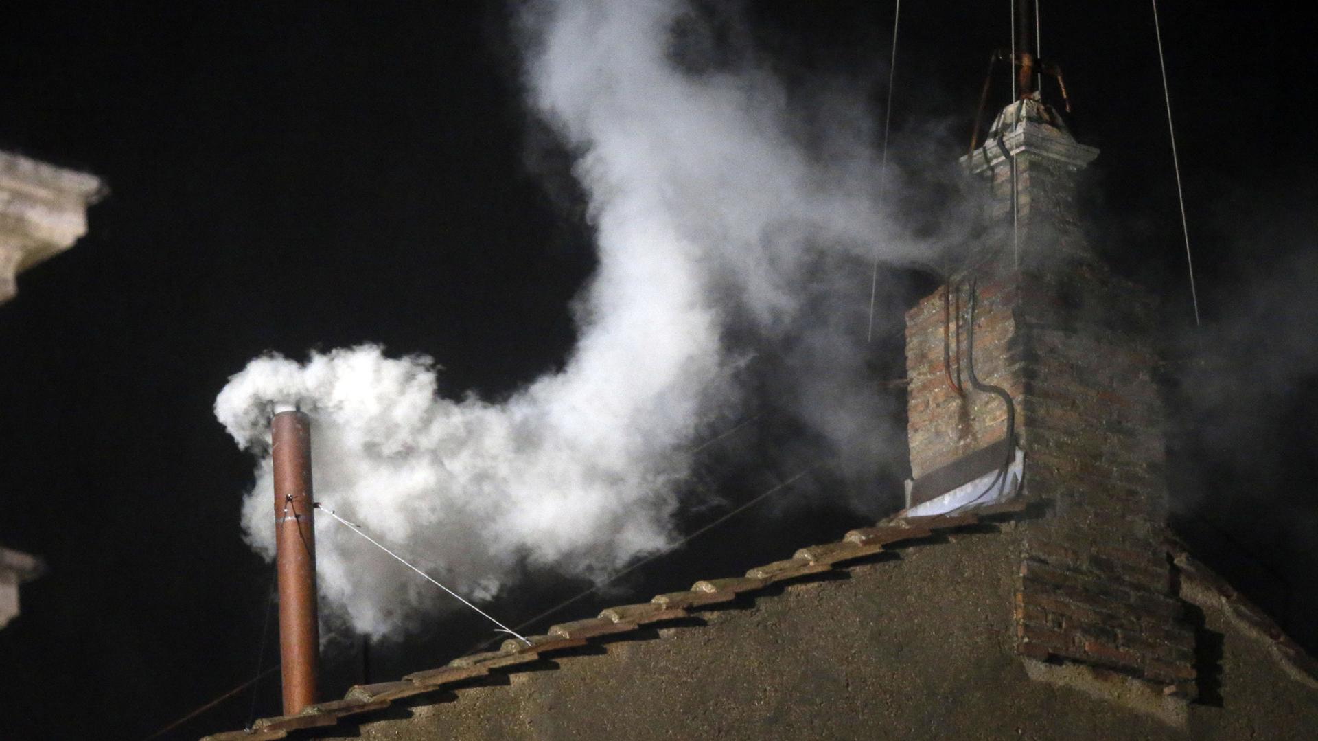 El humo blanco emerge por la chimenea de la Capilla Sixtina, el día de su proclamación como Papa