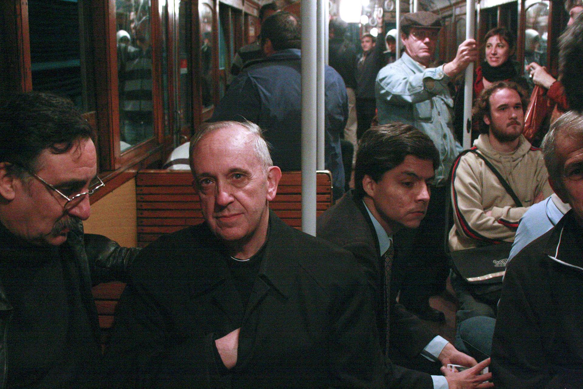 El entonces cardenal Bergoglio, en 2008, viajando en un subterráneo de Buenos Aires