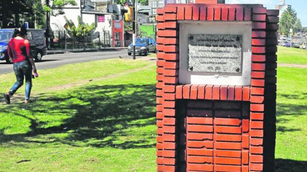 La placa conmemorativa que está hoy en el lugar donde se hará el monumento (El País)