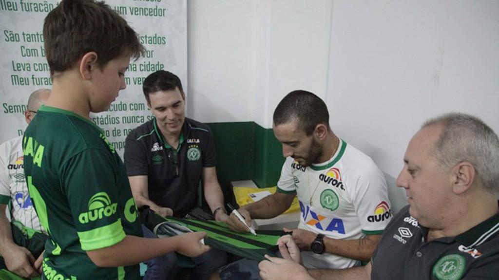 Alan Ruschel firmó camisetas a los hinchas del Chapecoense