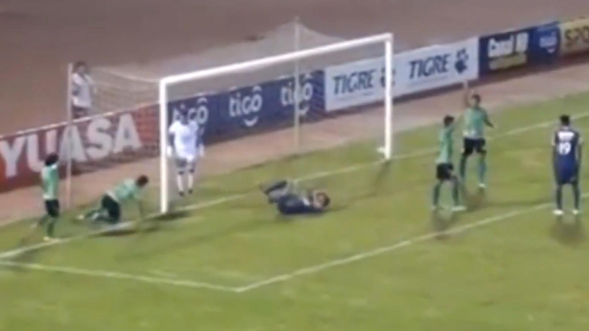 El jugador se tiró al suelo para simular una lesión