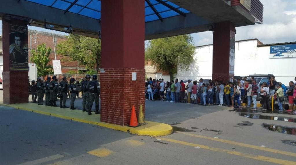 Los venezolanos esperan para poder cruzar a Colombia, a pesar e la prohibición (@defens_tachira)