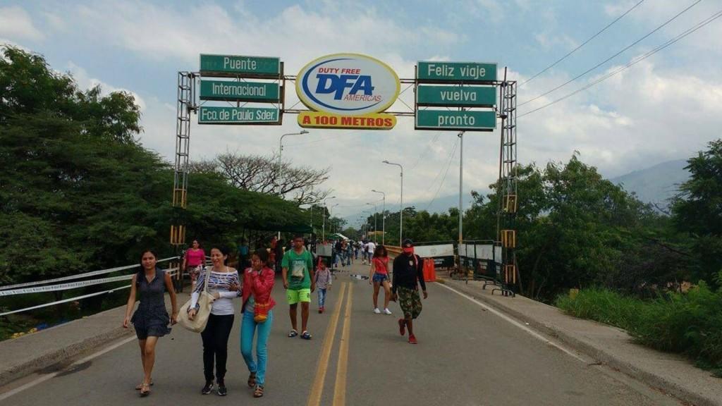 Las personas forzaron el cruce de la frontera en Táchira (@cucutizate)