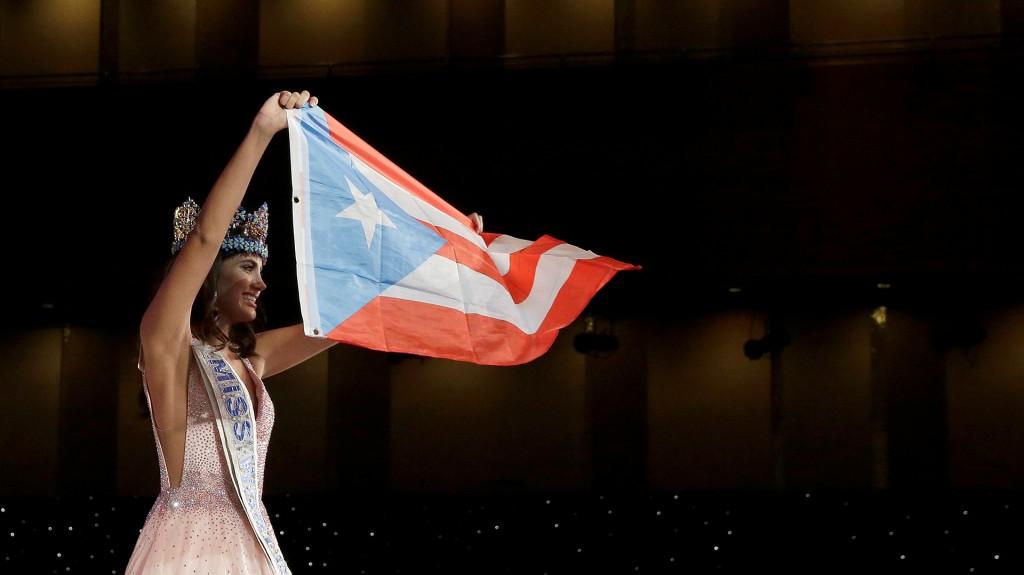 Orgullosa, Del Valle sostiene la bandera de Puerto Rico (Reuters)