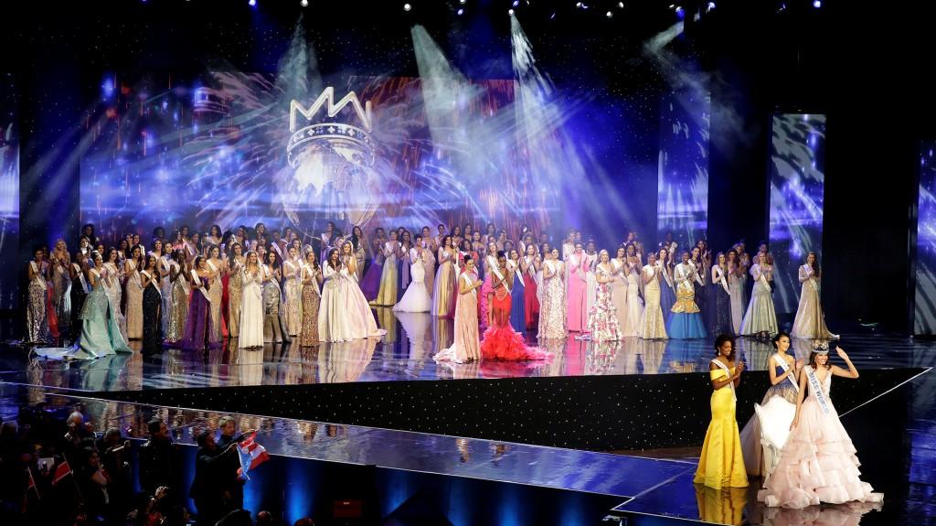 La foto final, con la reina, sus dos finalistas más cercanas y el resto de las participantes (Reuters)