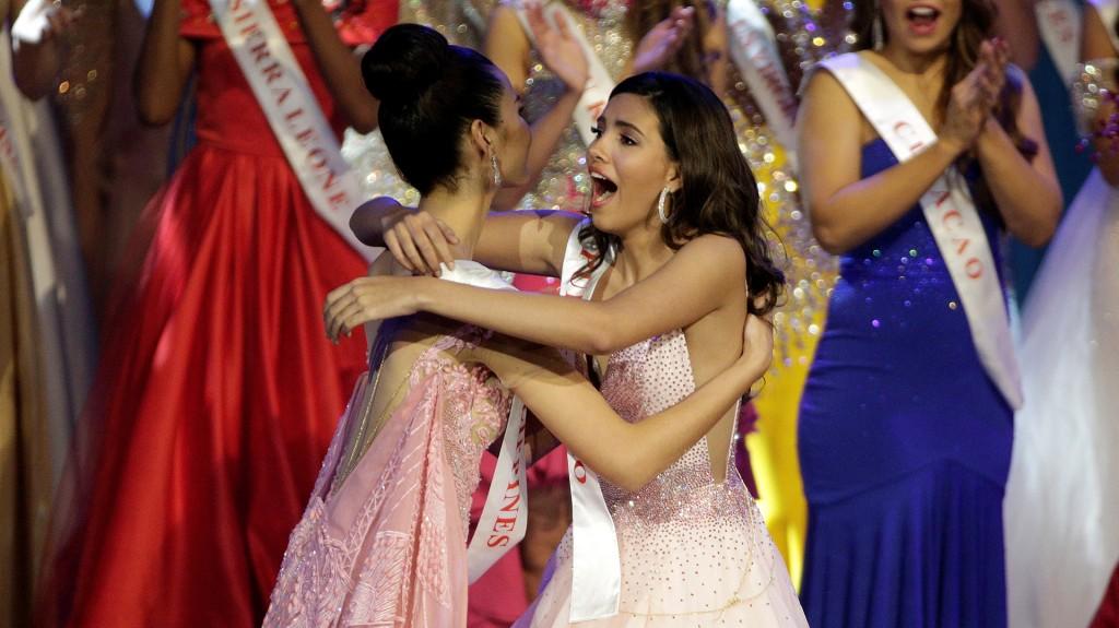 El abrazo de Stephanie con Catriona Gray, de Filipinas, otra de las finalistas (Reuters)