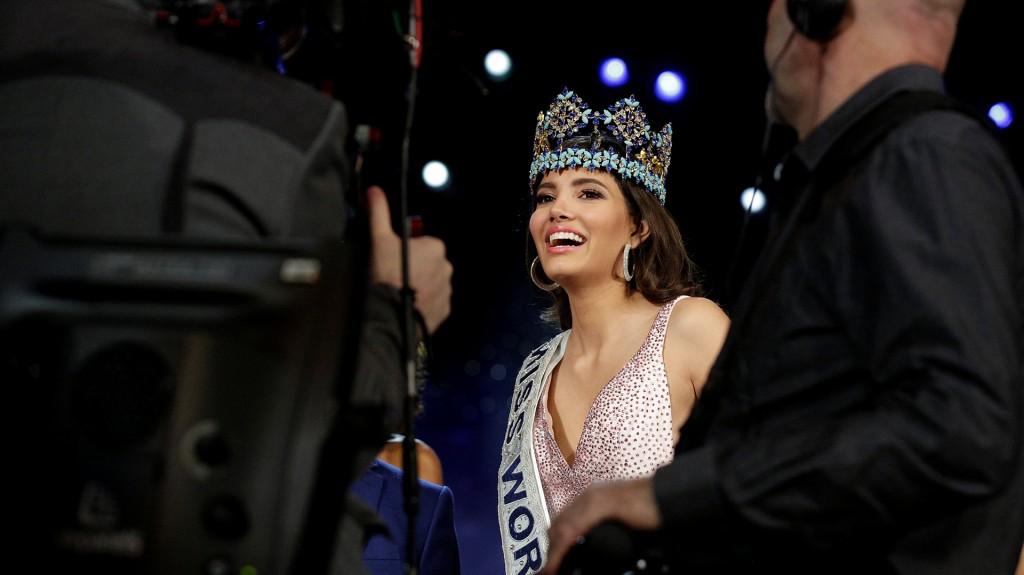 La sonrisa de Stephanie durante su primeras fotos como Miss Mundo 2016 (Reuters)