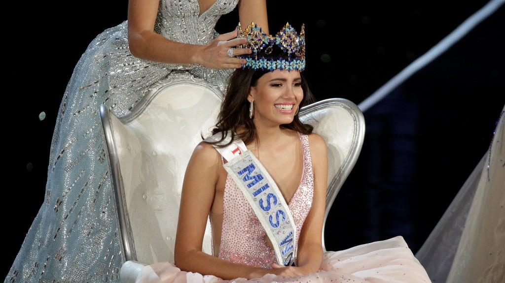 La nueva reina, en un momento de emoción tras la coronación (Reuters)