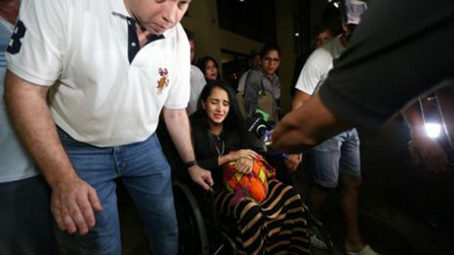 La azafata regresó junto a su madre y su hermano de Colombia