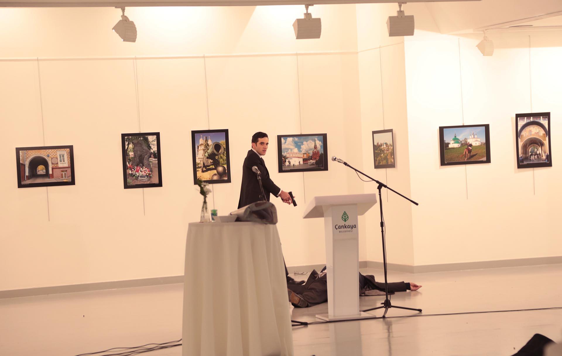 https://s3.amazonaws.com/arc-wordpress-client-uploads/infobae-wp/wp-content/uploads/2016/12/19150858/Galeria-SF-asesinato-embajador-ruso-turquia-Karlov-13.jpg