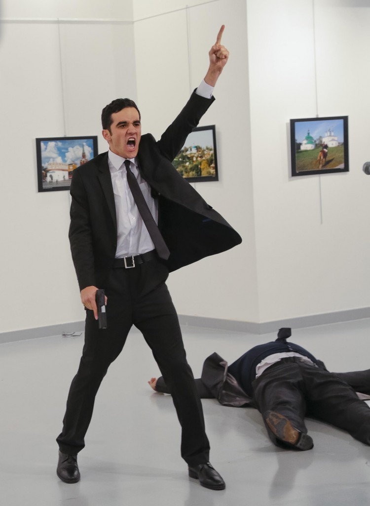 La foto ganadora del premio World Press Photo 2017: el asesino grita de pie, mientras el embajador ruso Andrei Karlov yace en el piso (AP Photo/Burhan Ozbilici)