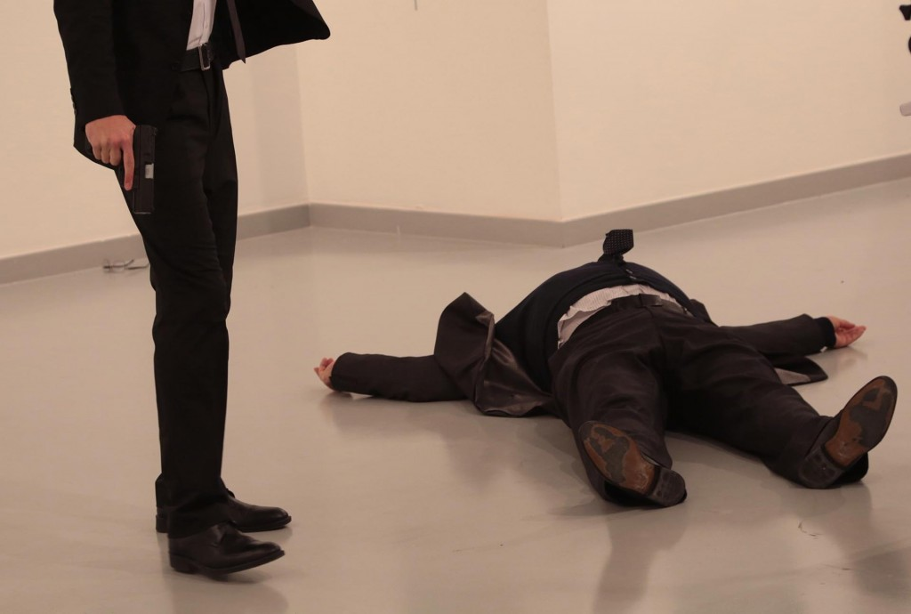 El cuerpo de Karlov yace junto a su asesino (AP Photo/Burhan Ozbilici)