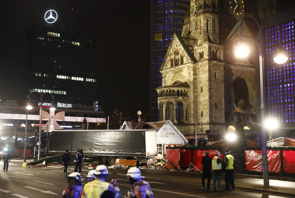 El camión tenía licencia polaca y el camionero fue encontrado muerto en su interior (AFP)