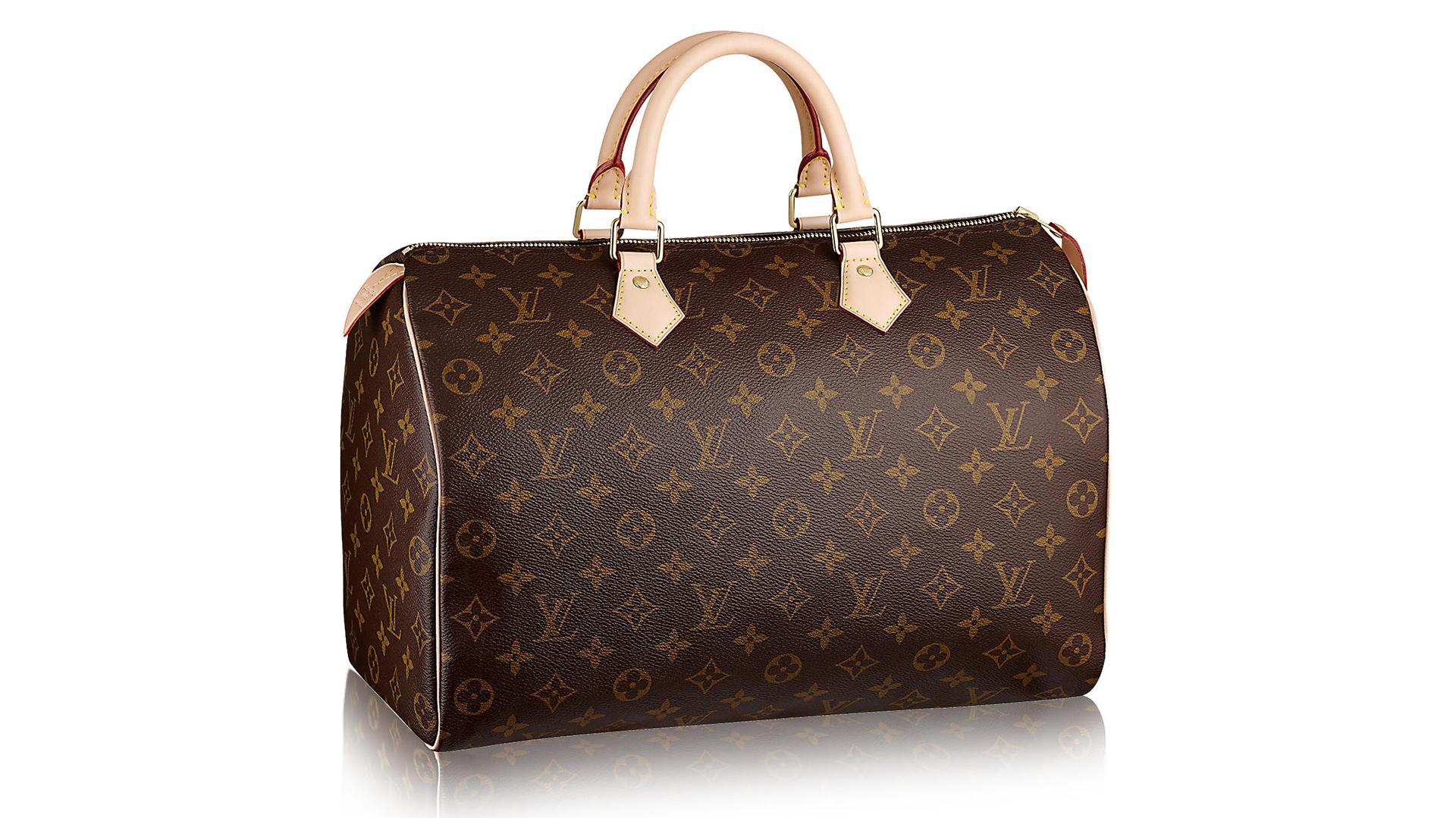 """El """"Speedy"""", otro bolso icónico de Louis Vuitton. Con el cuero característico del monogramy las letras del logotipo de la marca en dorado. Viene en otros tamaños y opciones con correas para transformarlas en bandoleras."""