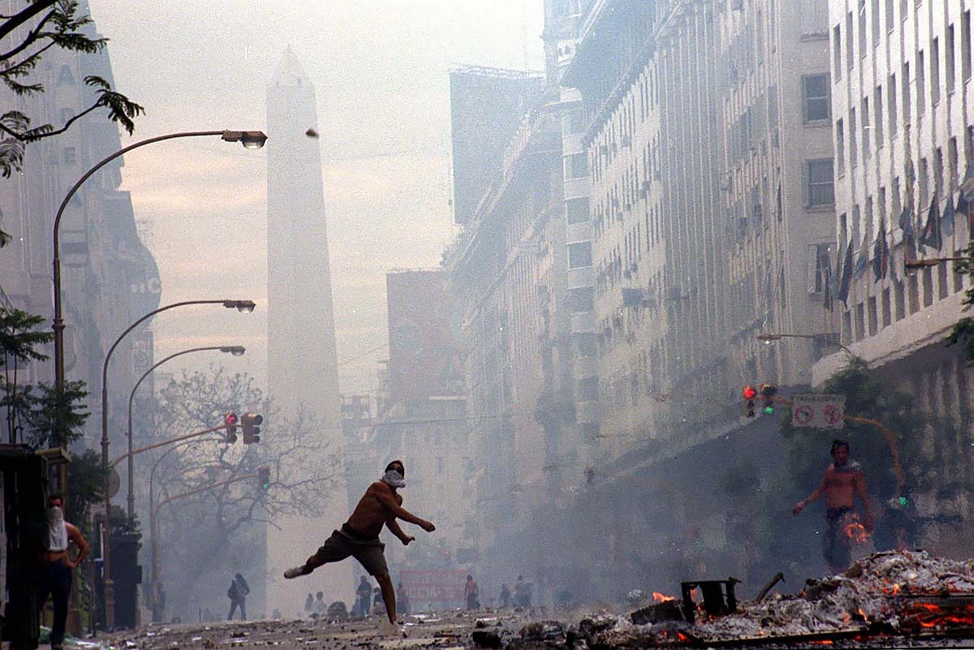 Otra imagen emblemática de lo que ocurrió en las calles porteñas en diciembre de 2001 (Télam)