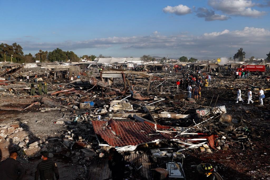 Hallan más restos humanos tras explosión en Tultepec