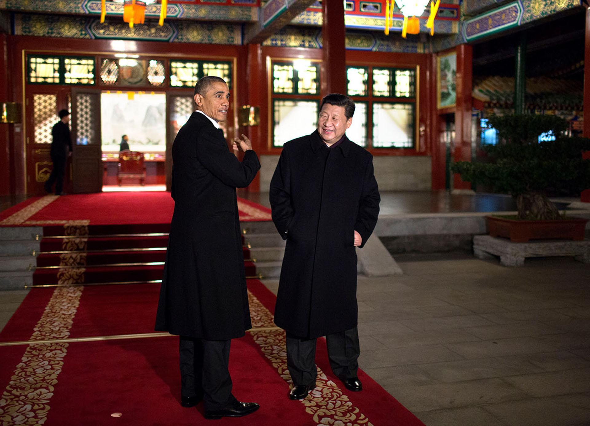 Los presidentes Obama y Xi Jinping de China anunciaron nuevos e históricos objetivos para la reducción de las emisiones de gases de efecto invernadero durante el viaje de noviembre de 2014 a Beijing. Ambos líderes fueron instrumentales en lograr el acuerdo de París de 2015 en el que 200 países se comprometieron a limitar los impactos dañinos del cambio climático.