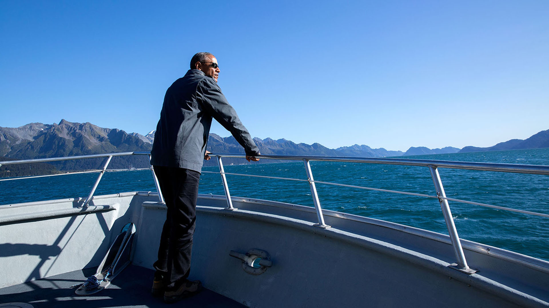 Obama abordo de un bote en el Parque Nacional de los fiordos Kenai en Alaska. 1° d septiembre de 2015 (Official White House Photo by Pete Souza).