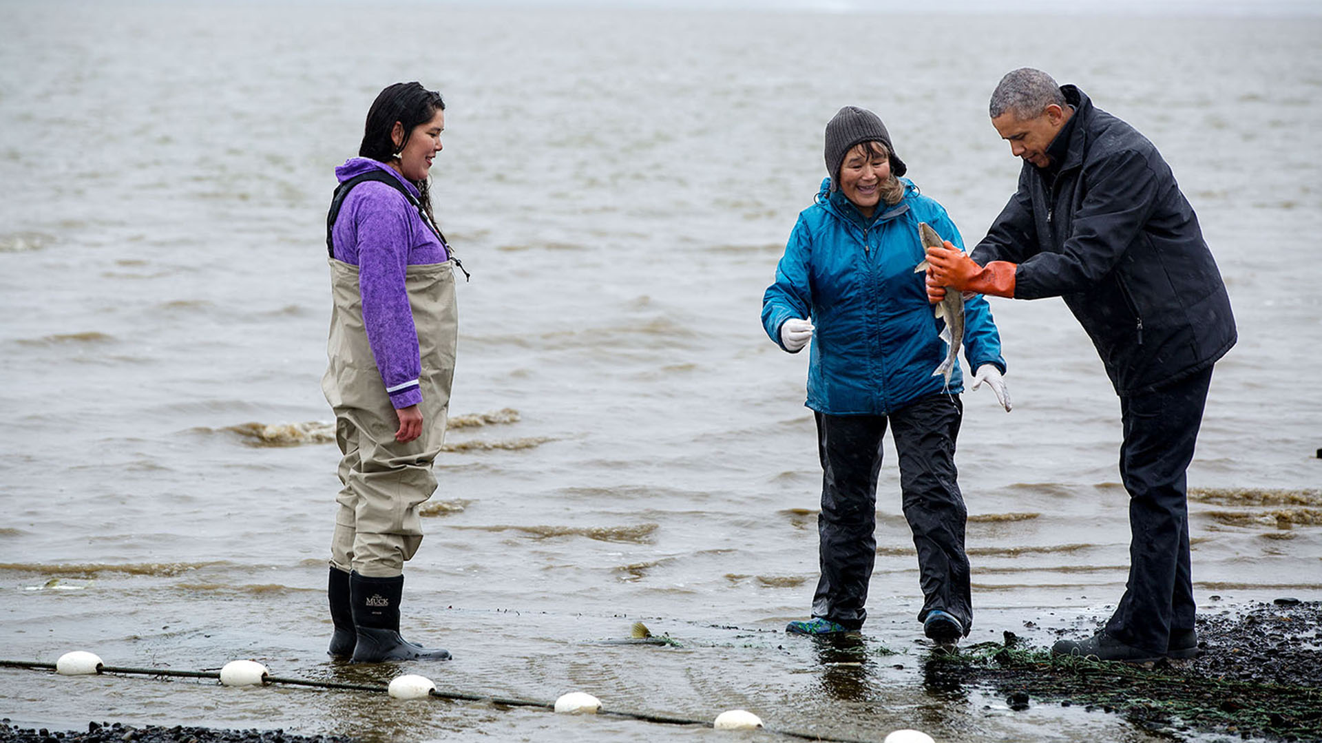 Obama junto a una pescadora de salmon at Kanakanak Beach en Bristol Bay, Alaska. 2 de septiembre, 2015  (Official White House Photo by Pete Souza)