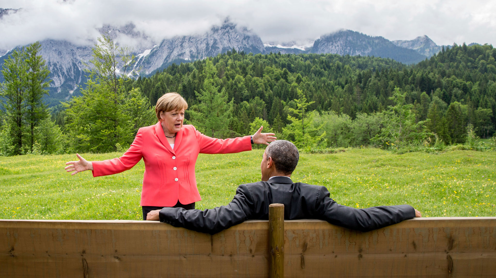 La canciller alemana, Angela Merkel, ha sido uno de los socios más cercanos del presidente Obama en el transcurso de los ocho años de la presidencia. Los dos trabajaron juntos para restablecer la estabilidad en la economía mundial, enfrentar la crisis de los refugiados, combatir el cambio climático y lograr el acuerdo nuclear con Irán. En esta imagen se les ve en conversación en Schloss Elmau, un hotel cerca de Garmisch-Partenkirchen (Alemania), durante la cumbre G7 en junio de 2015.