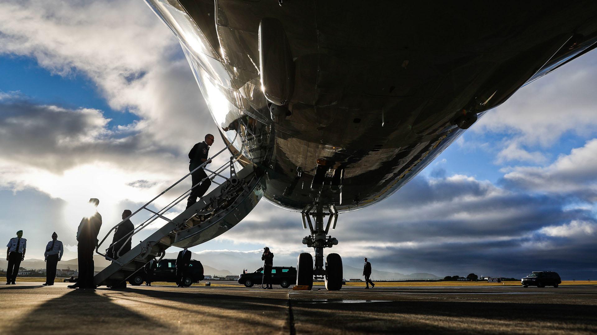 El presidente Obama aborda el avión presidencial Air Force One durante una parada para reabastecimiento de combustible en camino hacia Perú, el último viaje internacional de su presidencia