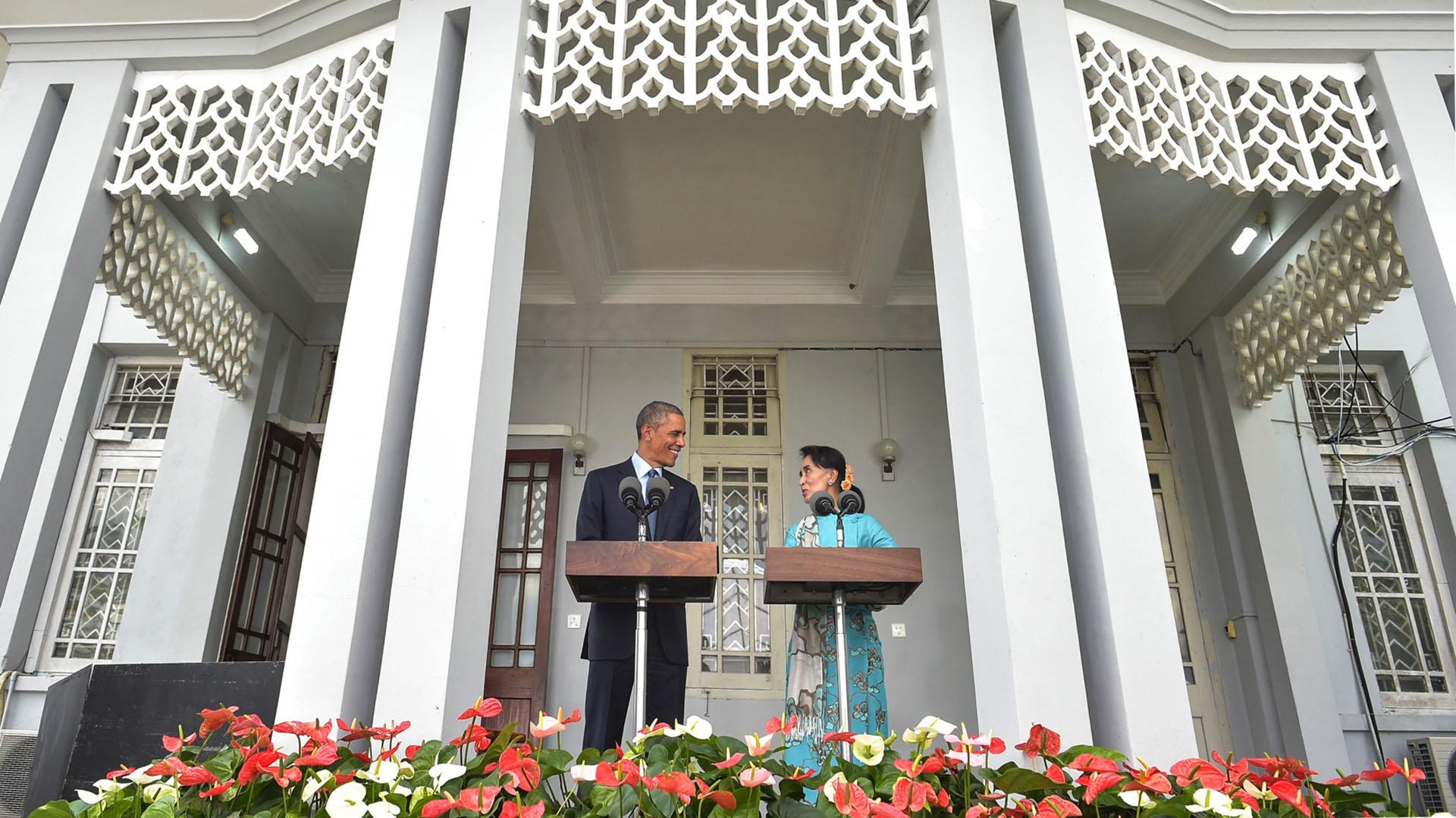 """""""Daw Suu, tú ayudaste a colocar este país en un mejor sendero"""", dijo el presidente Obama en septiembre de 2016, parado frente a la casa en la que Aung San Suu Kyi soportó años de confinamiento como presa política. Al comienzo del año, Suu Kyi asumió el cargo después que el pueblo birmano votara por su partido en lo que fue una victoria aplastante. Su transformación política refleja la de su país, el cual ha superado décadas de regímenes militares hasta alcanzar la democracia."""
