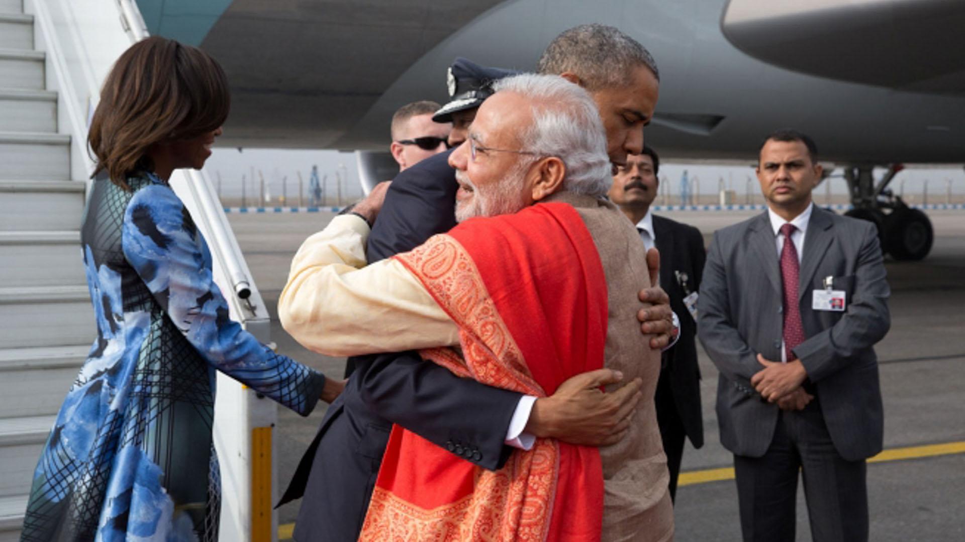 Estados Unidos y la India anunciaron varias iniciativas con respecto a la energía limpia durante la visita del presidente Obama a la India en enero de 2015, la segunda que realizó el presidente a ese país. Obama, con la primera dama, Michelle Obama, saluda al primer ministro, Narendra Modi, a su llegada a Nueva Delhi. Posteriormente, India firmó el acuerdo climático histórico de París que cuenta con más de 170 países para combatir el cambio climático.