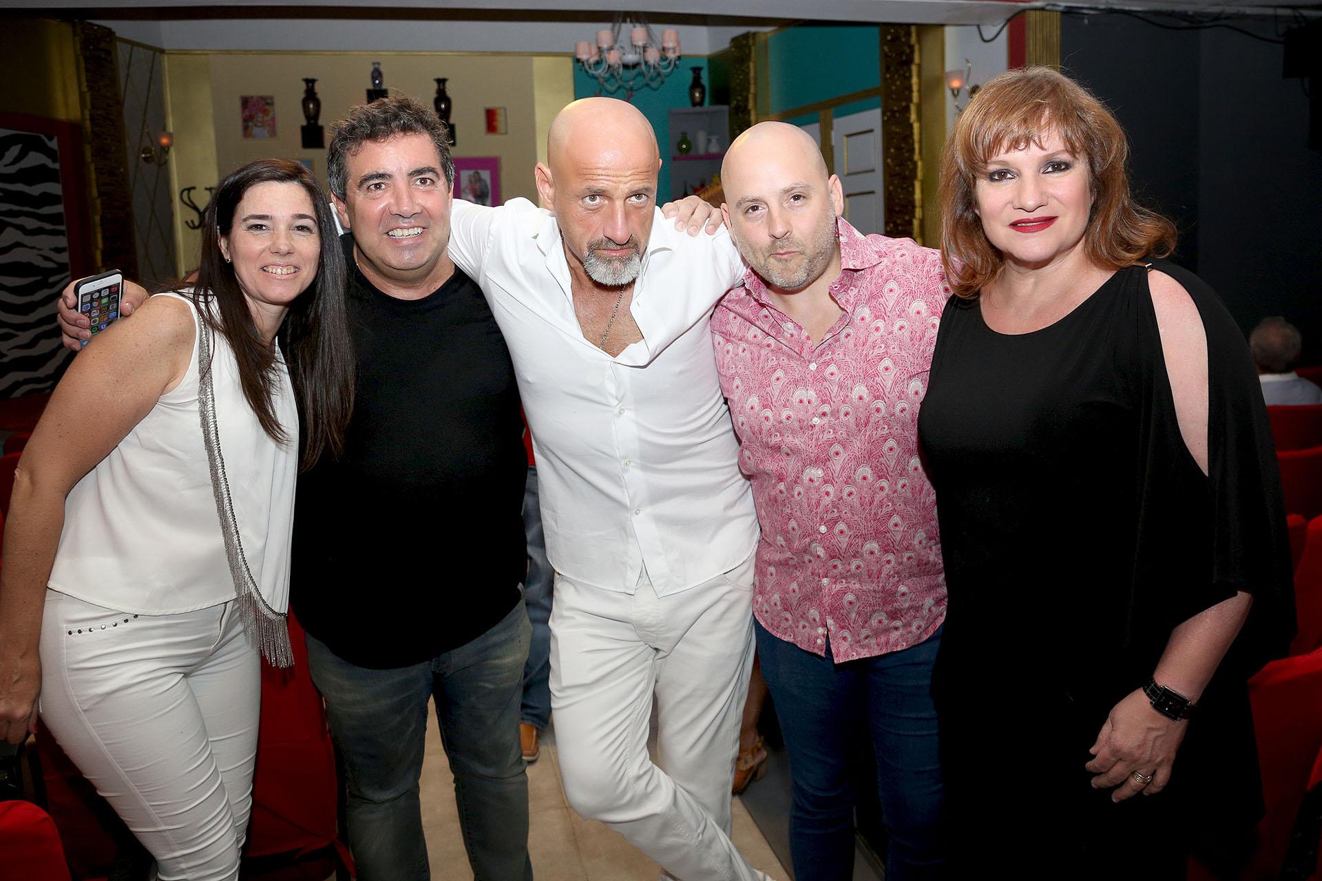 Gustavo Sofovich con José María Muscari, Lucía Galán, y Diego Pérez con su mujer