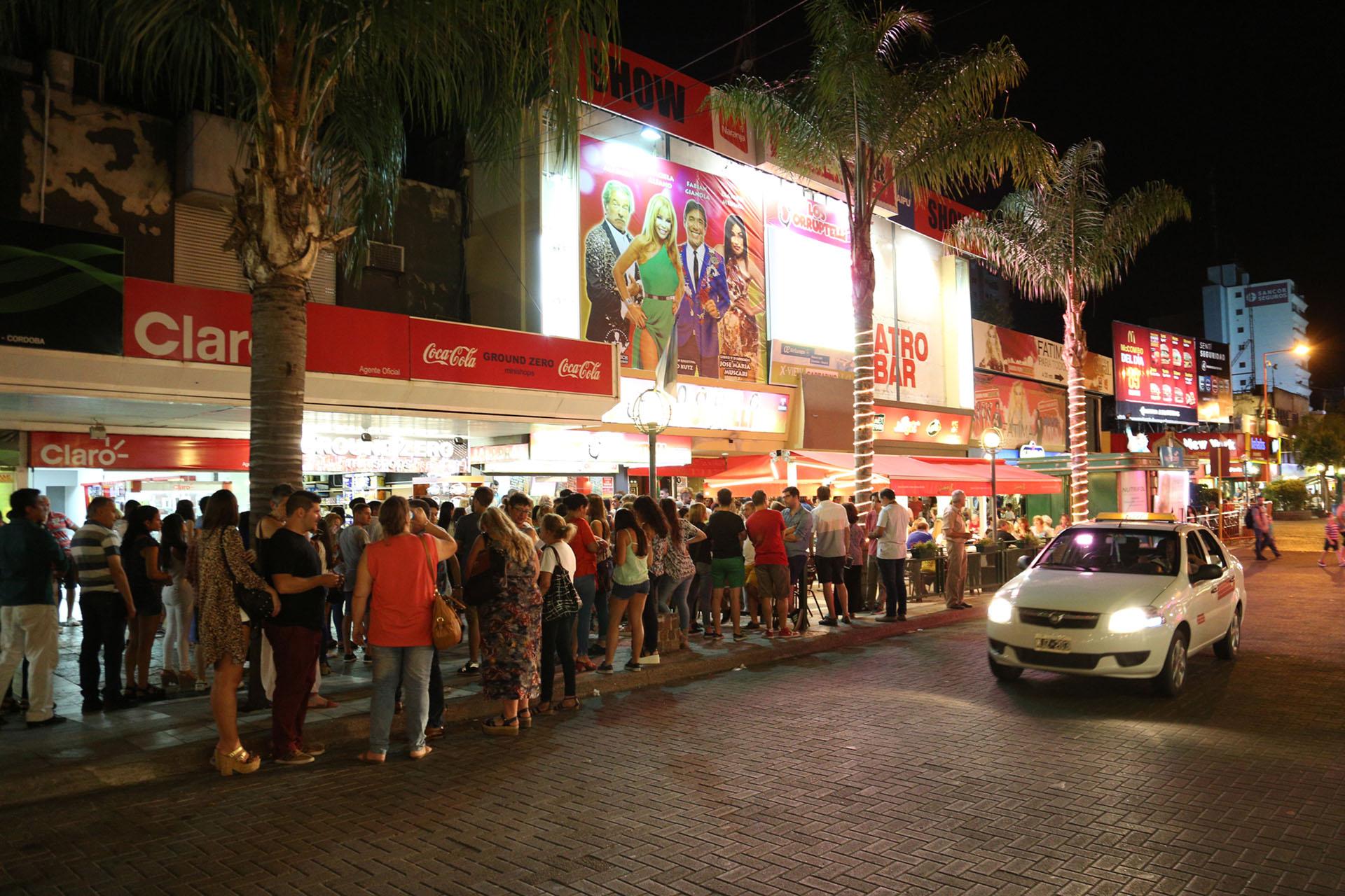 """La gente haciendo fila para el estreno de """"Los Corruptelli"""""""