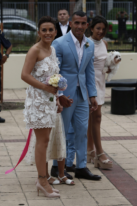 Vanesa Mansilla lució un vestido del diseñador argentino Javier Saiach- de un solo hombro en tono off white, confeccionado a mano con un tul de seda natural con aplicaciones de flores en volumen