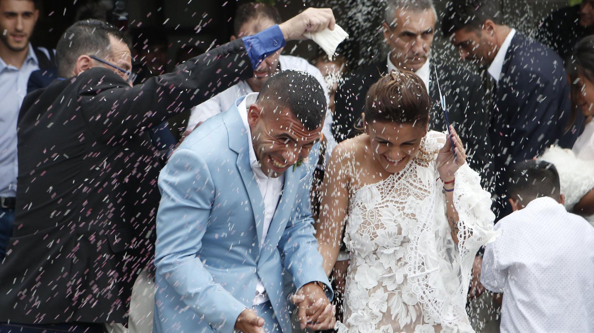 Tras dar el sí, los invitados le tiraron arroz a los novios