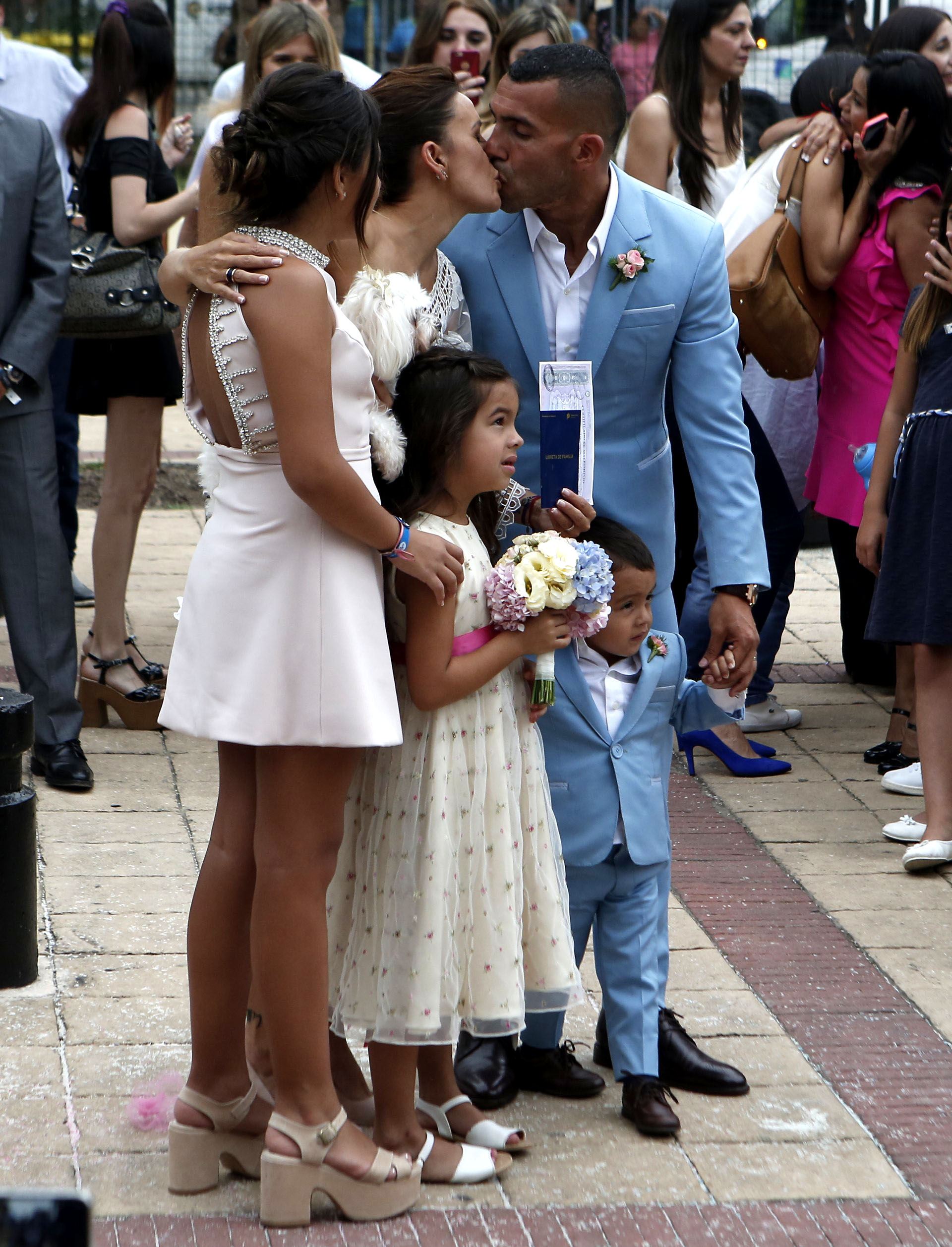 El beso apasionado de los recién casados