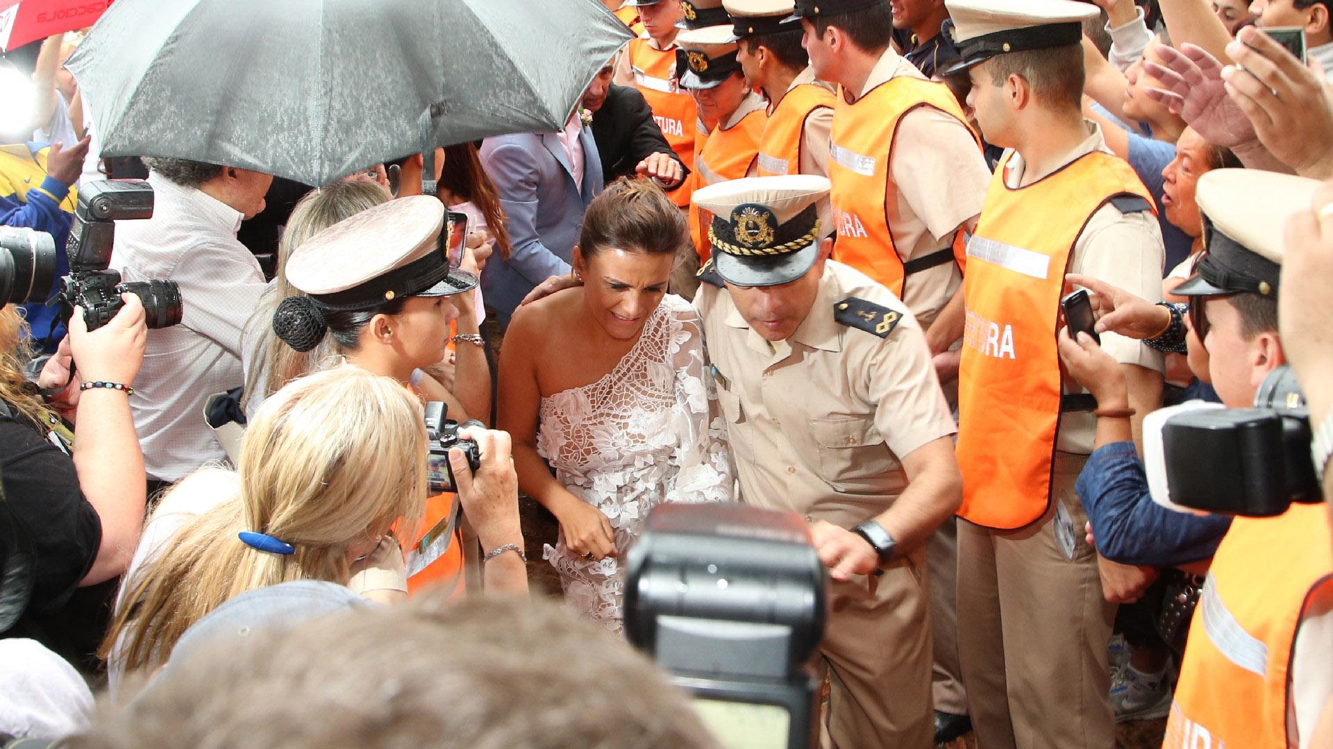 Custodiada, Vanesa sube al barco que los trasladó a Carmelo