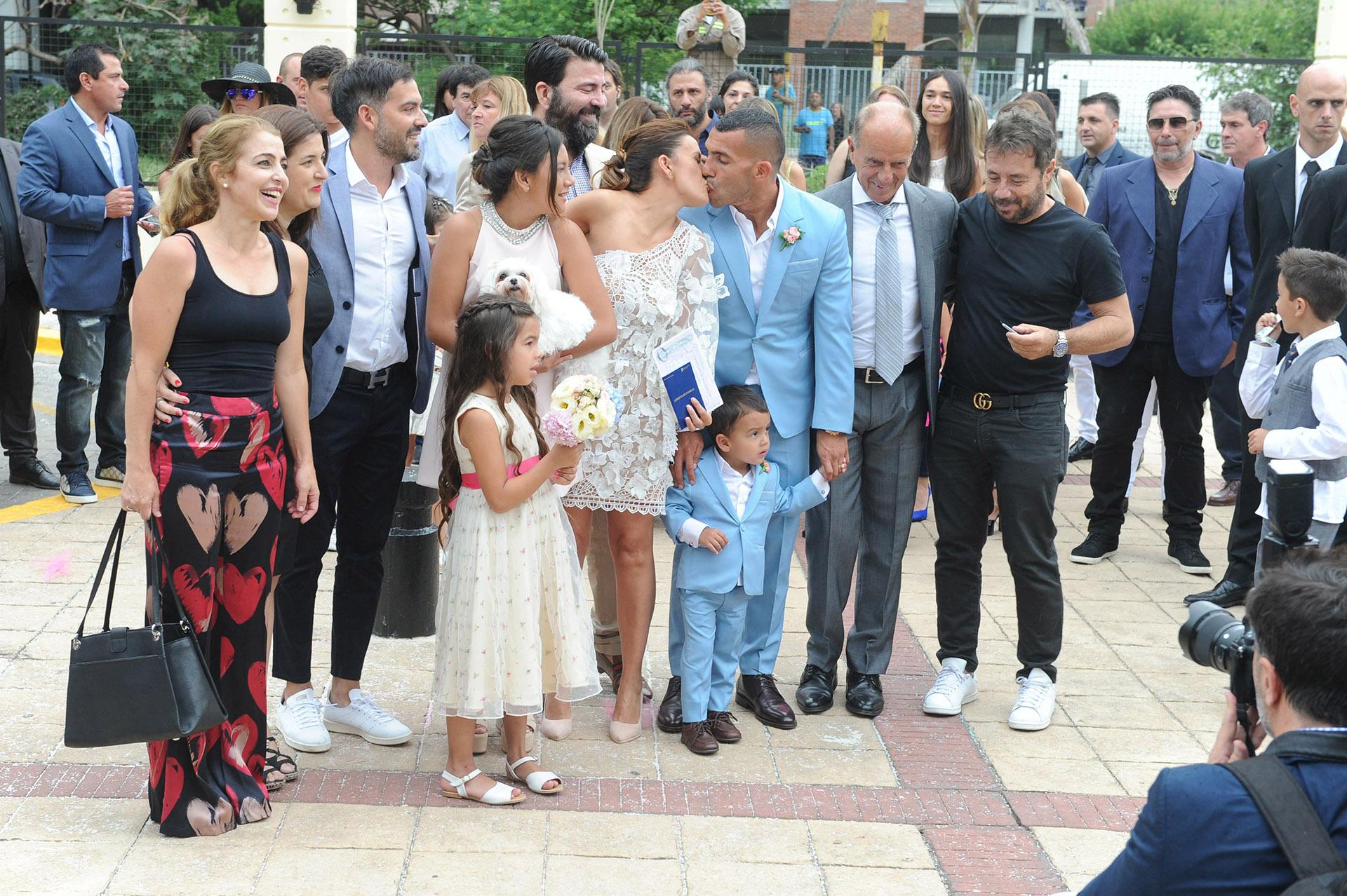 Carlitos y Vanesa se mostraron muy felices, rodeados de sus seres queridos