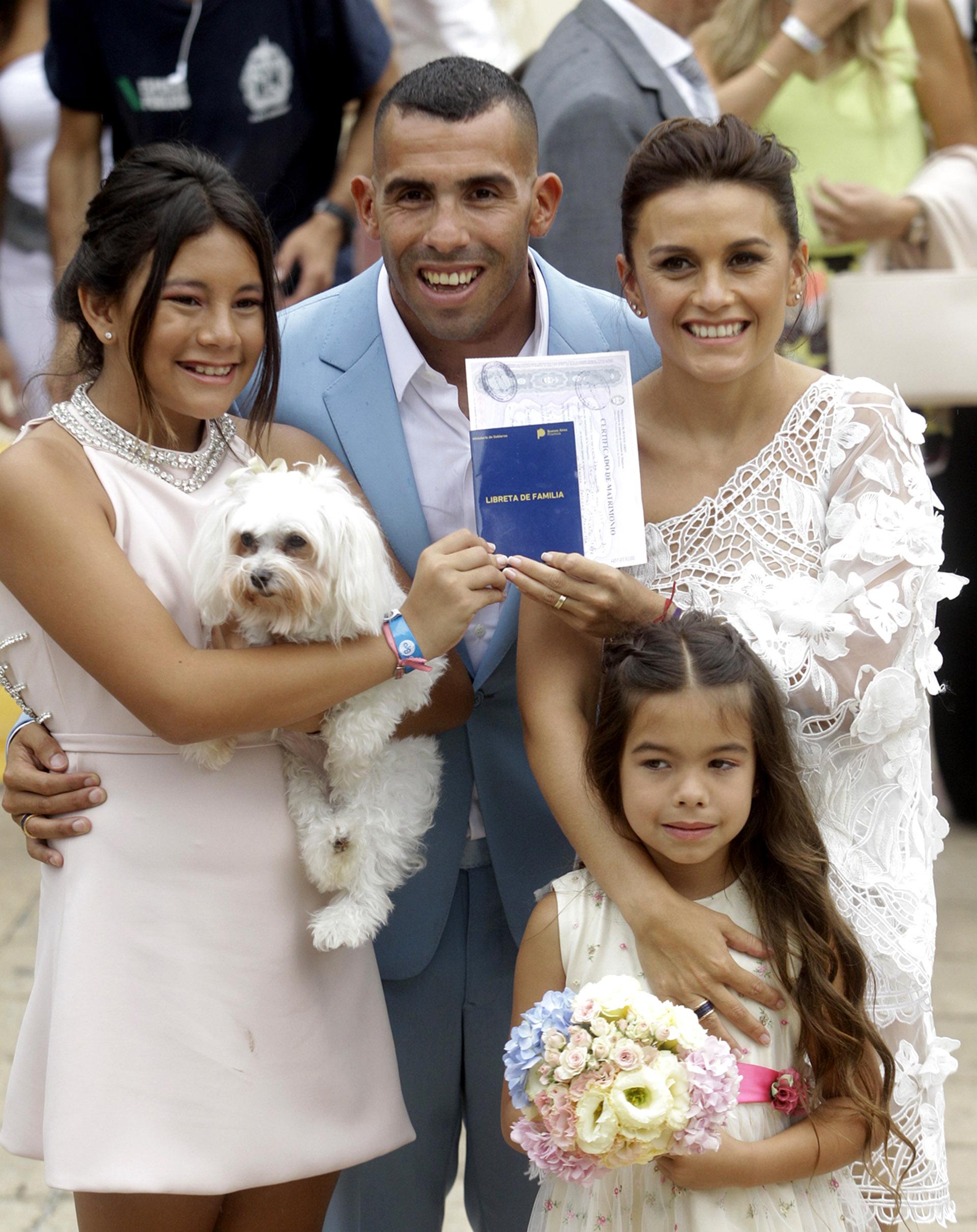 Las hijas de Tevez sonríen junto a sus padres